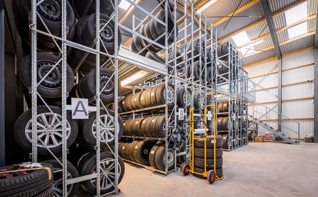 Reifenlagerhalle mit GENIUS-Regalen