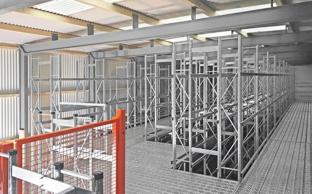 Flachdachhalle mit Reifenlager und Einsäulenlift