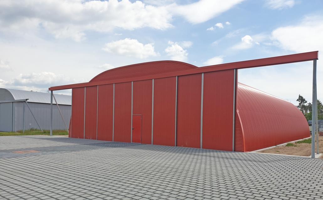 Flugzeughalle mit Schiebetor und Sektionaltor