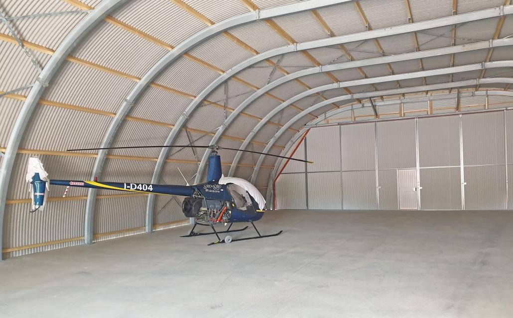 Flugzeughalle mit Hubschrauber